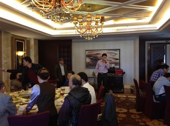 上图为:中国易经协会湛江分会陆琦会长在台上致辞。